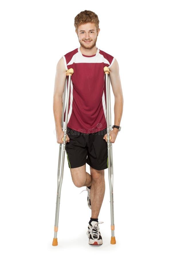 Sårad kondition för sportman på kryckor royaltyfri fotografi