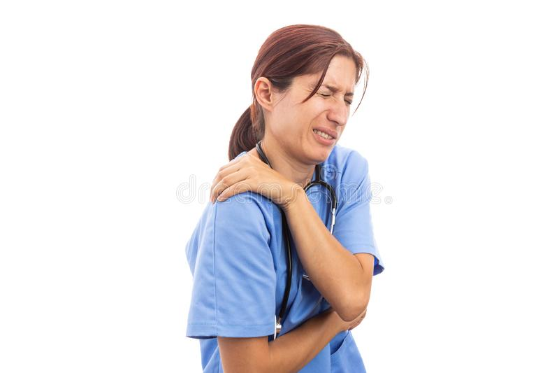 Sårad sjukhuskvinnasjuksköterska eller doktor som rymmer den smärtsamma skuldran arkivfoton