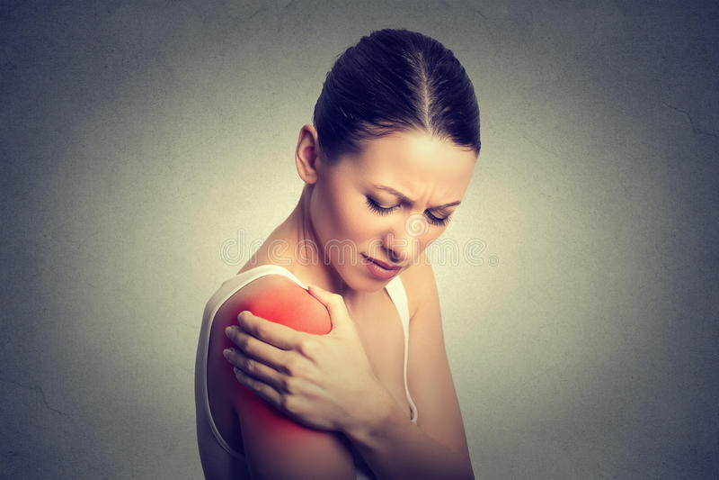 sårad skarv Kvinnapatienten smärtar in att ha den smärtsamma skuldran att färgas i rött royaltyfri foto