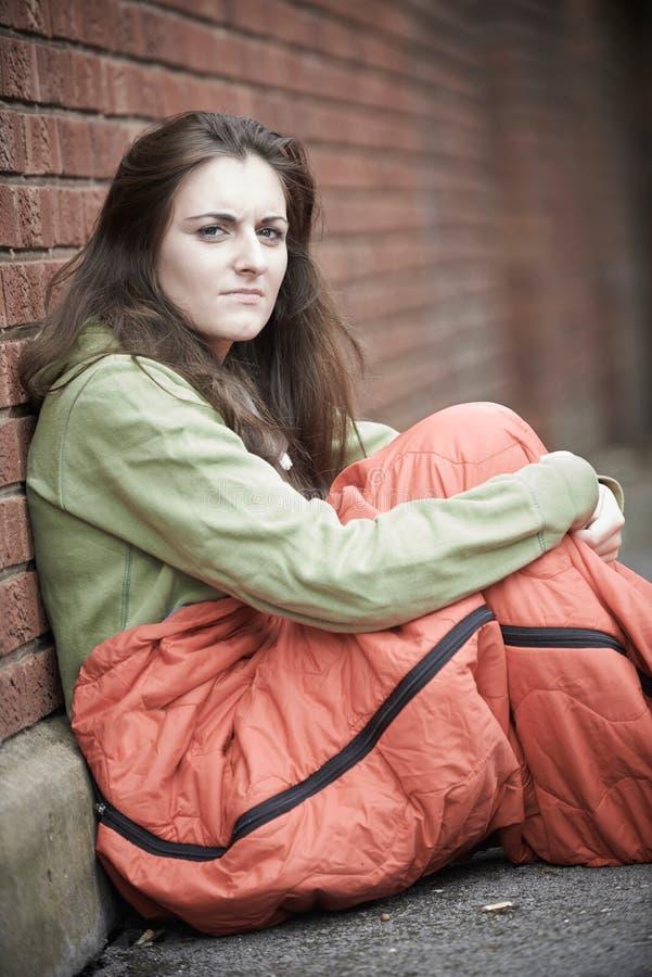 Sårbar tonårs- flicka som sover på gatan arkivbild