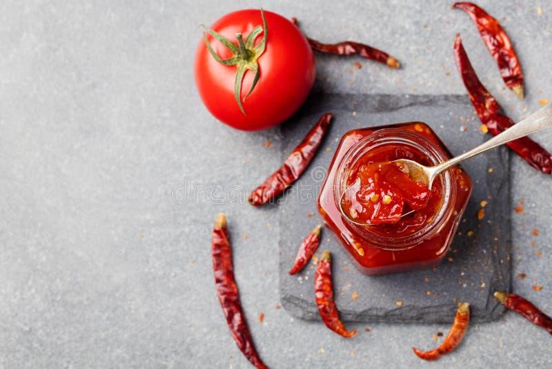 Sås för söt spansk peppar och chilipeppar, confiture, driftstopp i en glass krus Top beskådar kopiera avstånd royaltyfri bild
