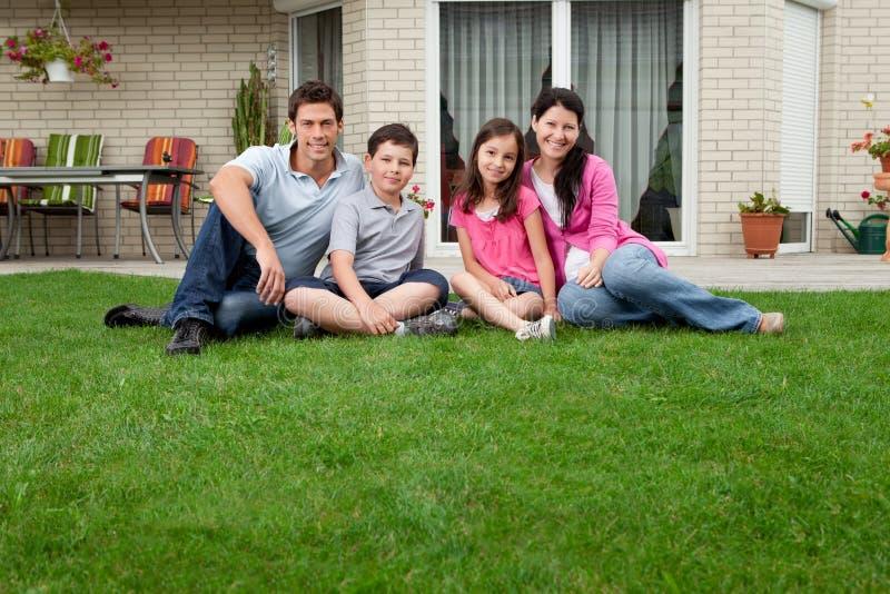 Séance caucasienne de verticale de famille photo stock