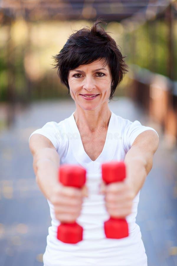 Séance d'entraînement âgée moyenne de femme image stock