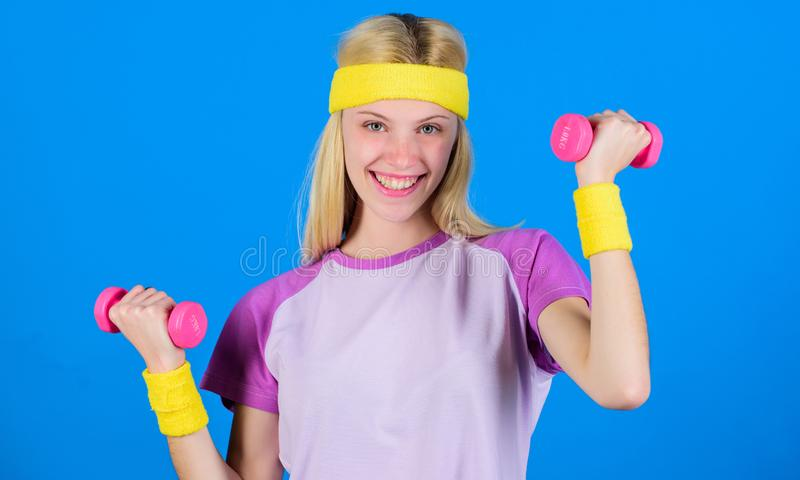 Séance d'entraînement avec l'haltère Exercices d'haltère de débutant Séance d'entraînement finale de corps supérieur pour des fem photos stock