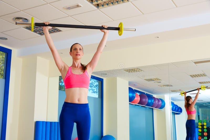 Séance d'entraînement d'exercice de barbell de femme de gymnase au gymnase images stock