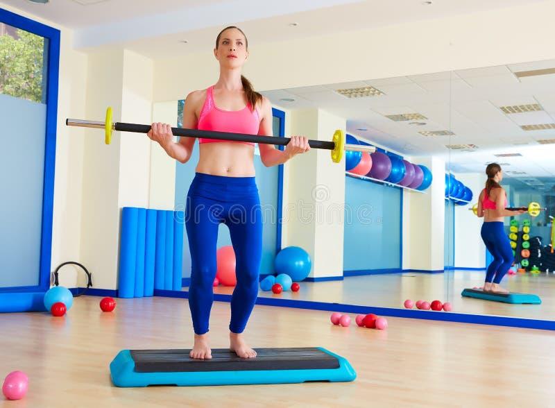 Séance d'entraînement d'exercice de barbell de femme de gymnase au gymnase photos libres de droits