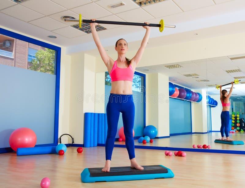Séance d'entraînement d'exercice de barbell de femme de gymnase au gymnase image libre de droits