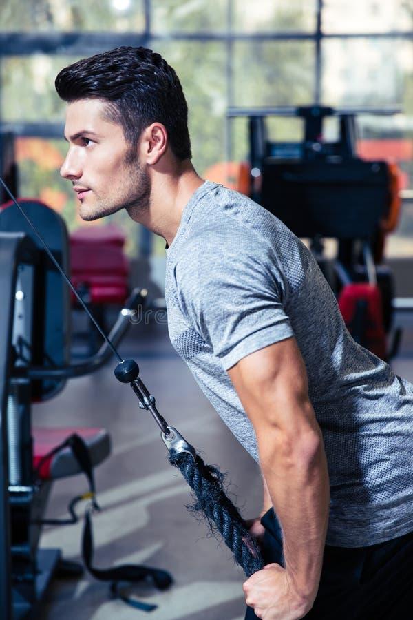 Séance d'entraînement d'homme dans le gymnase de forme physique photos stock