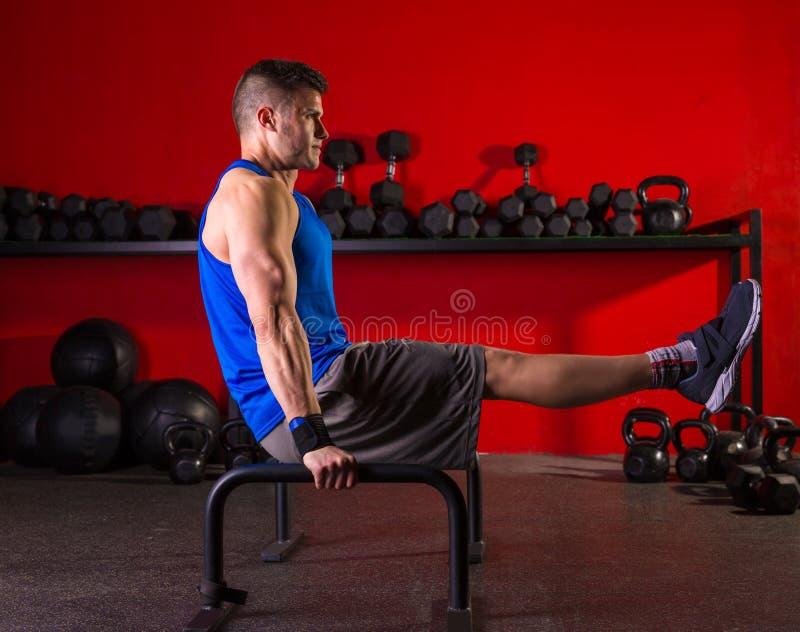 Séance d'entraînement de barres parallèles d'homme de Parallettes au gymnase photos stock