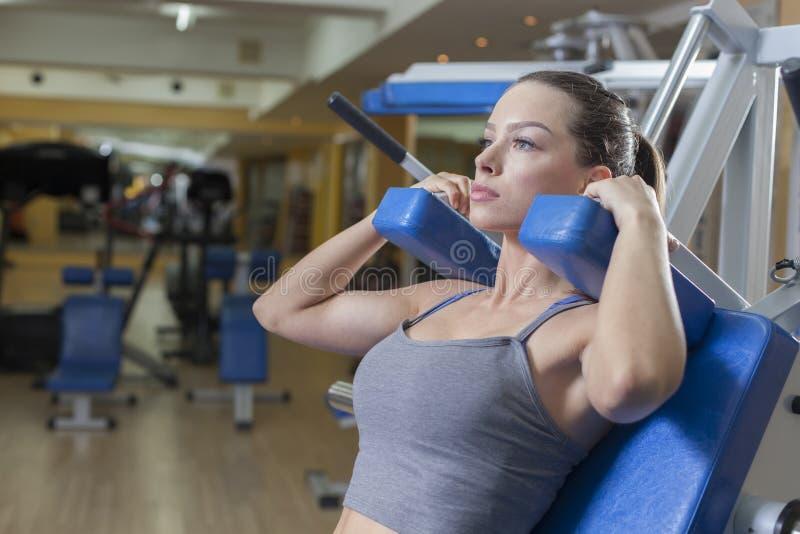 Download Séance D'entraînement De Femme Dans Le Gymnase Photo stock - Image du lifestyle, beauté: 45354274