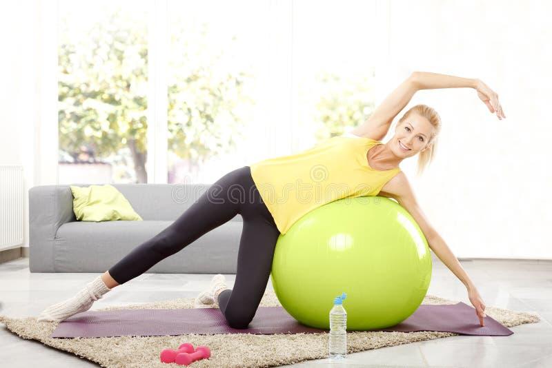 Séance d'entraînement de forme physique à la maison image stock