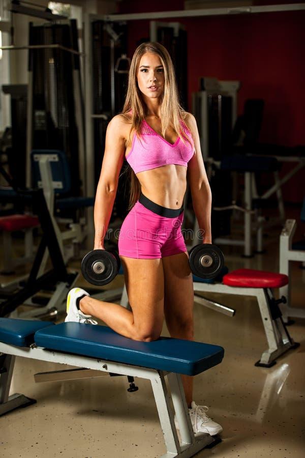Séance d'entraînement de forme physique - belle séance d'entraînement populaire de jeune femme image libre de droits