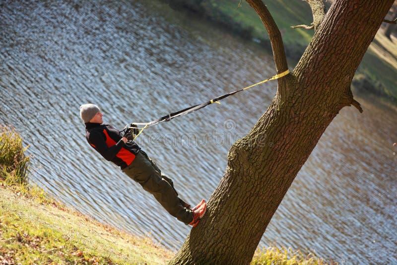 Séance d'entraînement de suspension sur l'arbre photos libres de droits