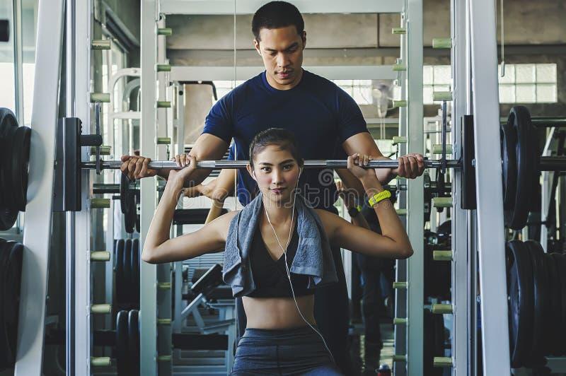 Séance d'entraînement d'exercice de femme dans la forme physique de gymnase se cassant pour détendre tenant le fruit de pomme apr photos libres de droits
