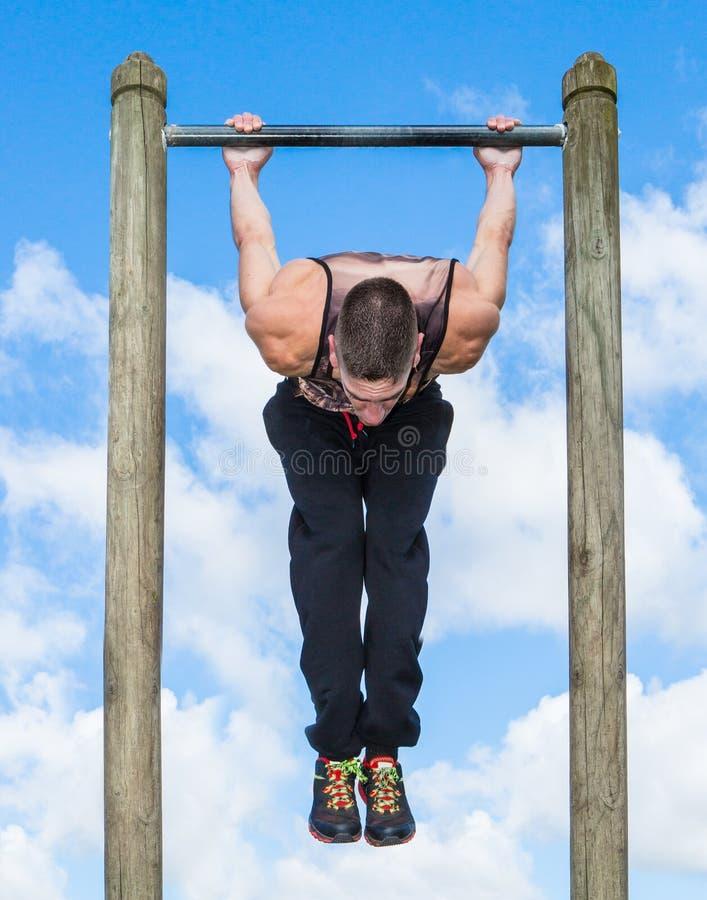 Séance d'entraînement extérieure de forme physique de barre de parc image stock
