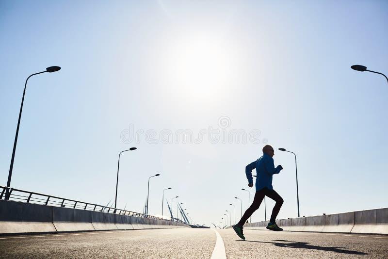 Séance d'entraînement extérieure d'homme supérieur en bonne santé photo stock
