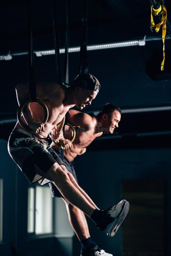 Séance d'entraînement d'hommes de l'anneau deux d'immersion de forme physique à l'exercice de plongement de gymnase image stock