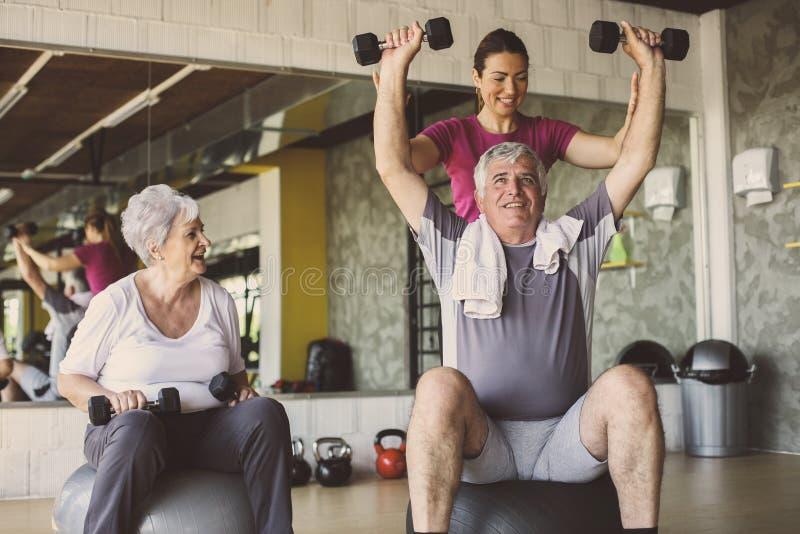 Séance d'entraînement supérieure de personnes au centre de réhabilitation images stock