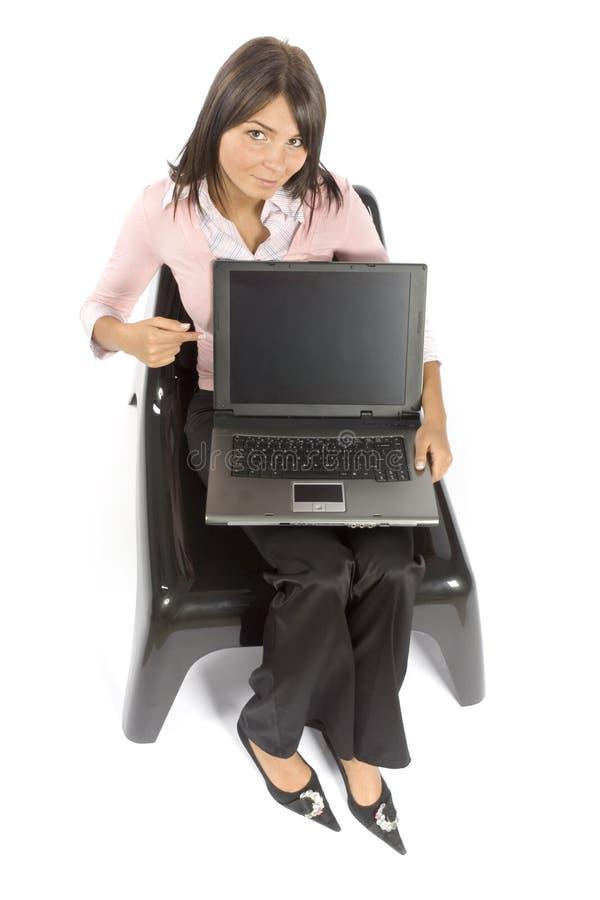 Séance de femme ; affiche l'écran d'ordinateur image libre de droits