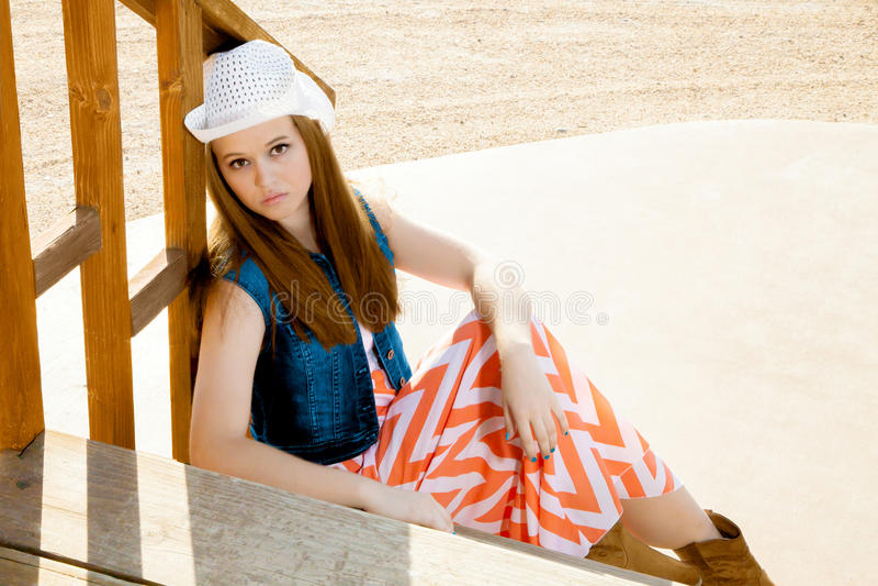 Séance de l'adolescence de cow-girl photo stock