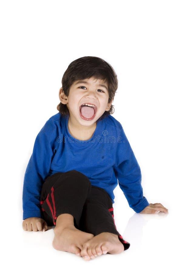 Séance de petit garçon, d'isolement image stock