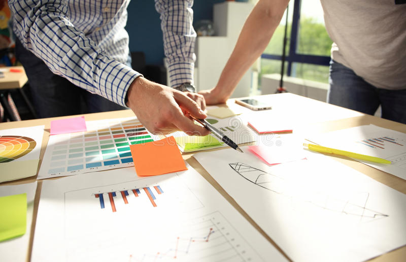 Séance de réflexion d'équipe d'affaires Recherche de plan marketing Écritures sur la table, l'ordinateur portable et le portable photographie stock