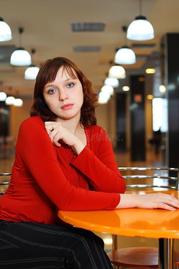 Séance douleureuse de jeune fille en café vide photos libres de droits