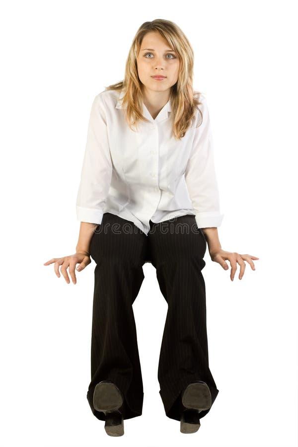 Séance et attente de femme images stock