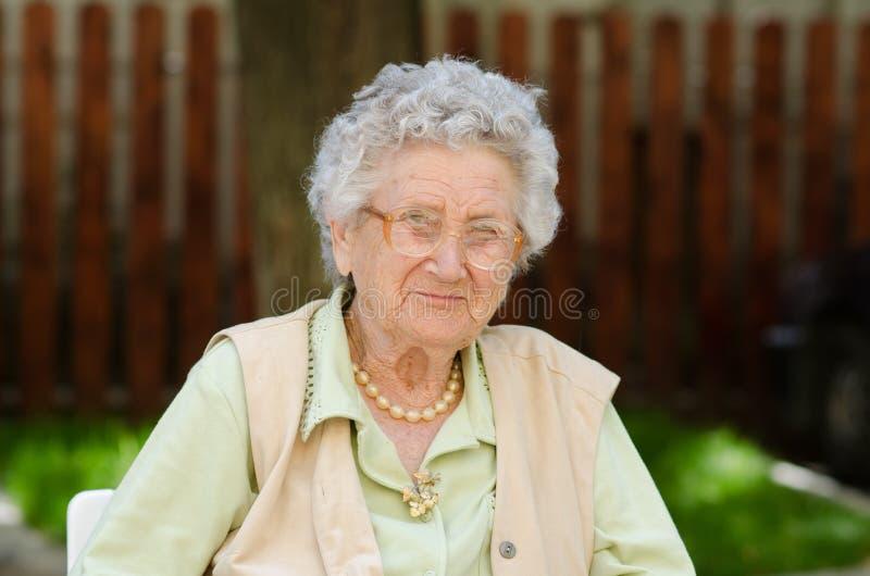 Séance et détente heureuses de dame âgée images libres de droits