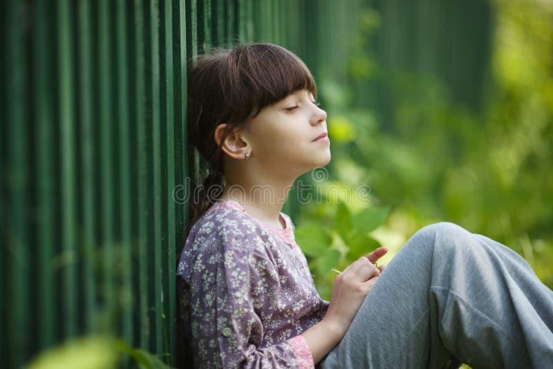 Séance heureuse et rêver de petite fille images libres de droits