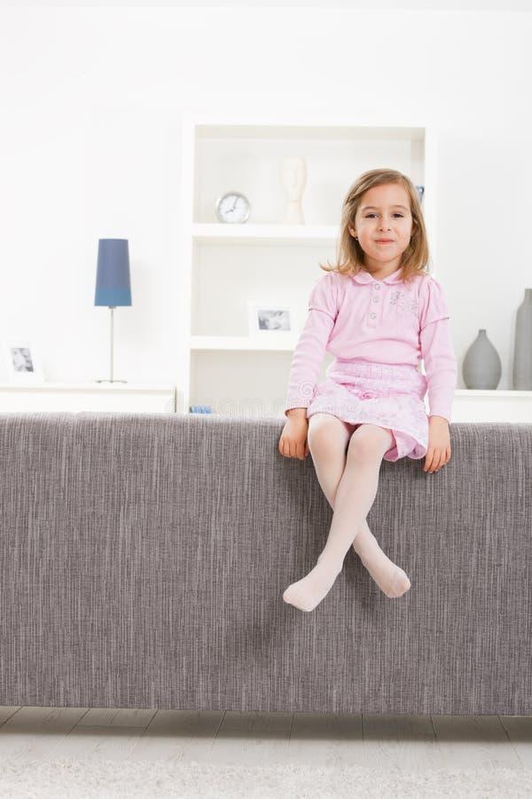 séance rose de fille de divan photo libre de droits