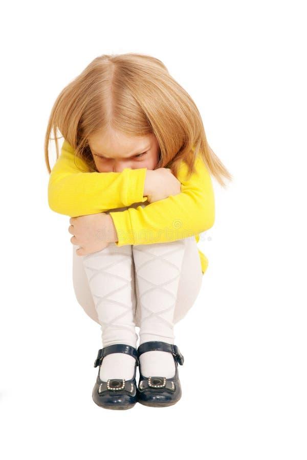 Séance triste et bouleversée de peu d'enfant photographie stock
