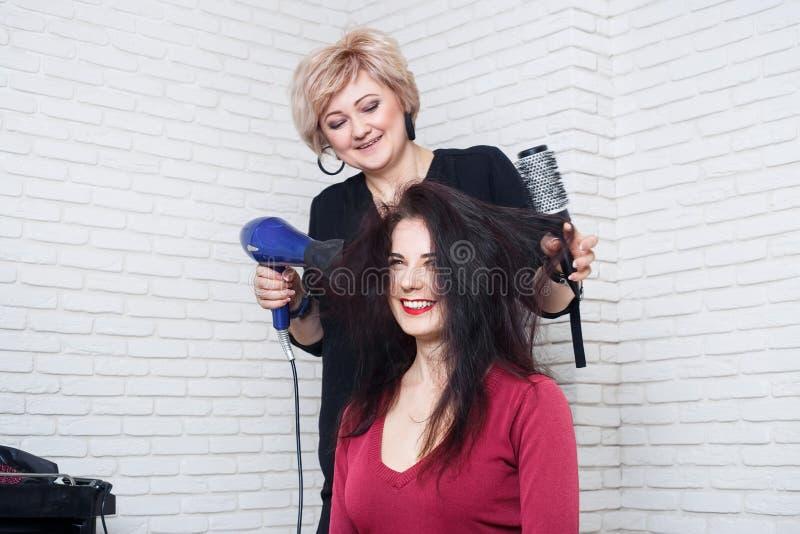 Séchage de cheveux au salon photographie stock