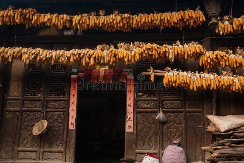 Séchage de maïs dans le vieux village de la province de Yunnan photographie stock