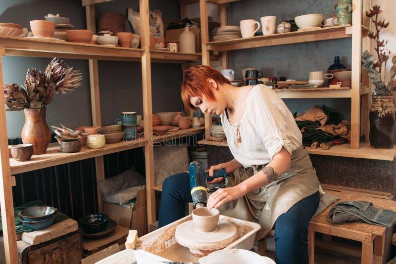 Séchage de poterie avec le dessiccateur spécial photographie stock libre de droits