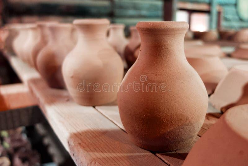 Séchage de poterie d'argile sur une étagère image stock