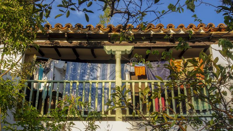 Séchage des vêtements à un balcon d'une maison coloniale photographie stock libre de droits