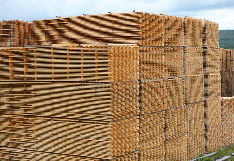 Séchage empilé de planches de bois de construction photos libres de droits
