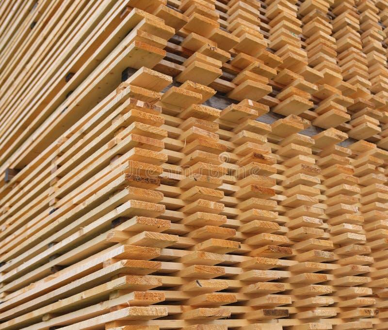 Séchage empilé de planches de bois de construction de pin photos stock