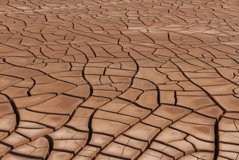 Download Sécheresse criquée de sol image stock. Image du bassin - 56483933