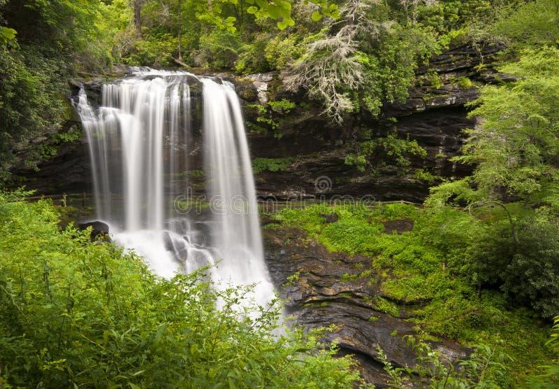 Séchez l'horizontal de nature de cascades à écriture ligne par ligne des montagnes OR d'automnes photos stock