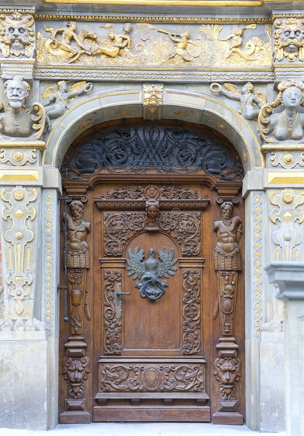 Século XIV Artus Court na rua do mercado longo, porta decorativa, Gdansk, Polônia imagens de stock royalty free