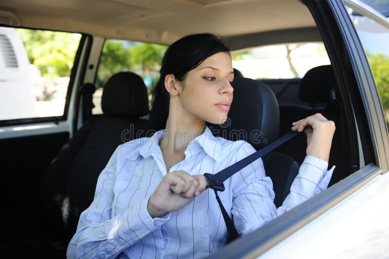 Sécurité : ceinture de sécurité femelle d'attache de gestionnaire photographie stock libre de droits