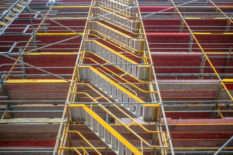 Sécurité dans le lieu de travail Travaux de rénovation L'échafaudage protège les travailleurs contre des accidents photos libres de droits