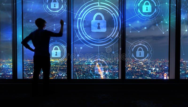 Sécurité de Cyber avec l'homme par de grandes fenêtres la nuit image libre de droits