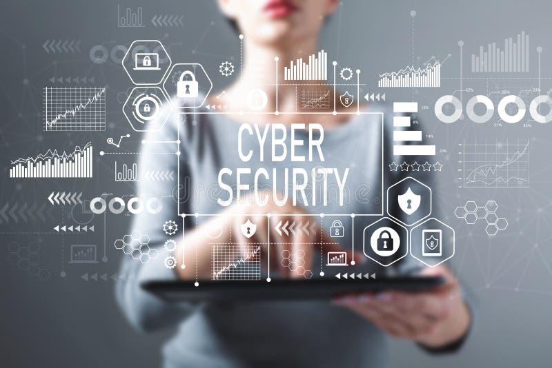 Sécurité de Cyber avec la femme à l'aide d'un comprimé photo libre de droits