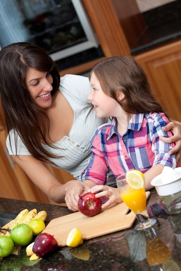 Sécurité de enseignement de cuisine de descendant de femme photos stock