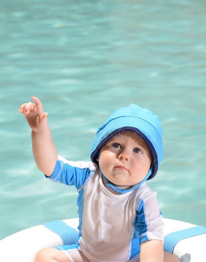 Sécurité de l'eau avec le nourrisson photographie stock libre de droits