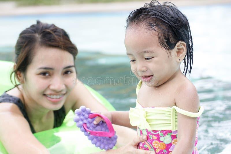 Sécurité de l'enfant dans la piscine photo libre de droits