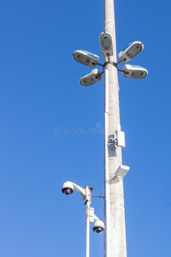 Sécurité de ville, surveillance de caméra et éclairage routier photo stock
